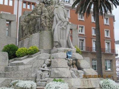 O FACHO: Oferenda floral no monumento a Curros Henriques com o galho das Letras Galegas do ano 2015